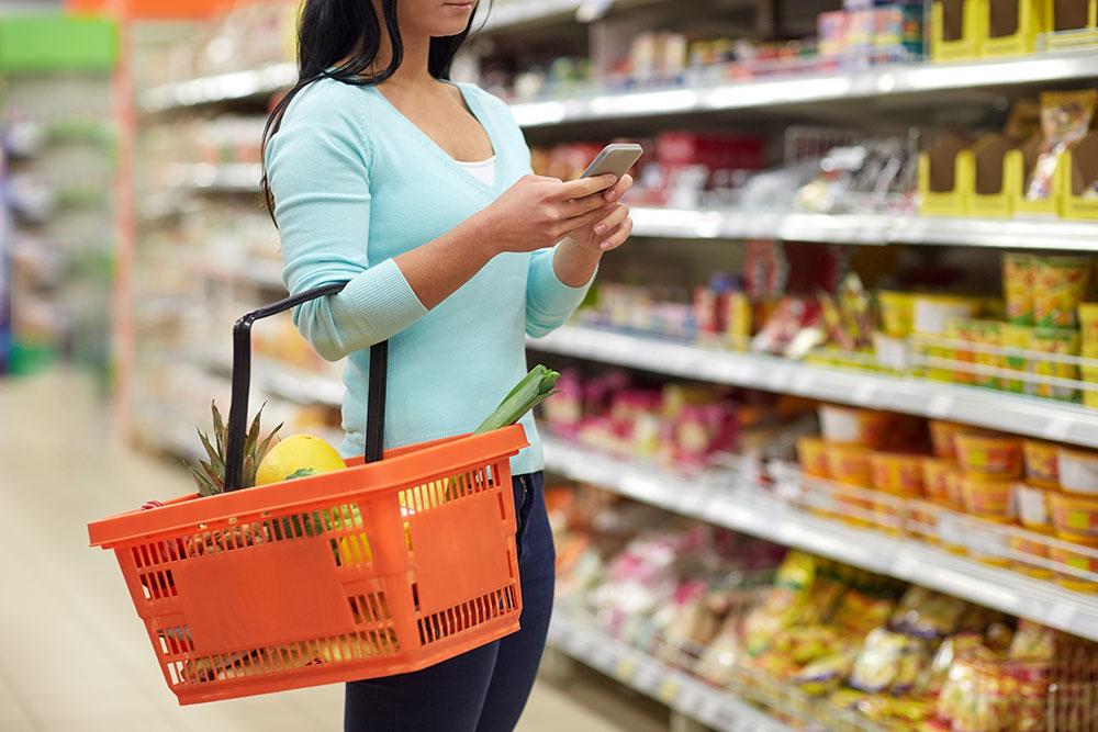 kund i livsmedelsbutik, kvinna med varukorg