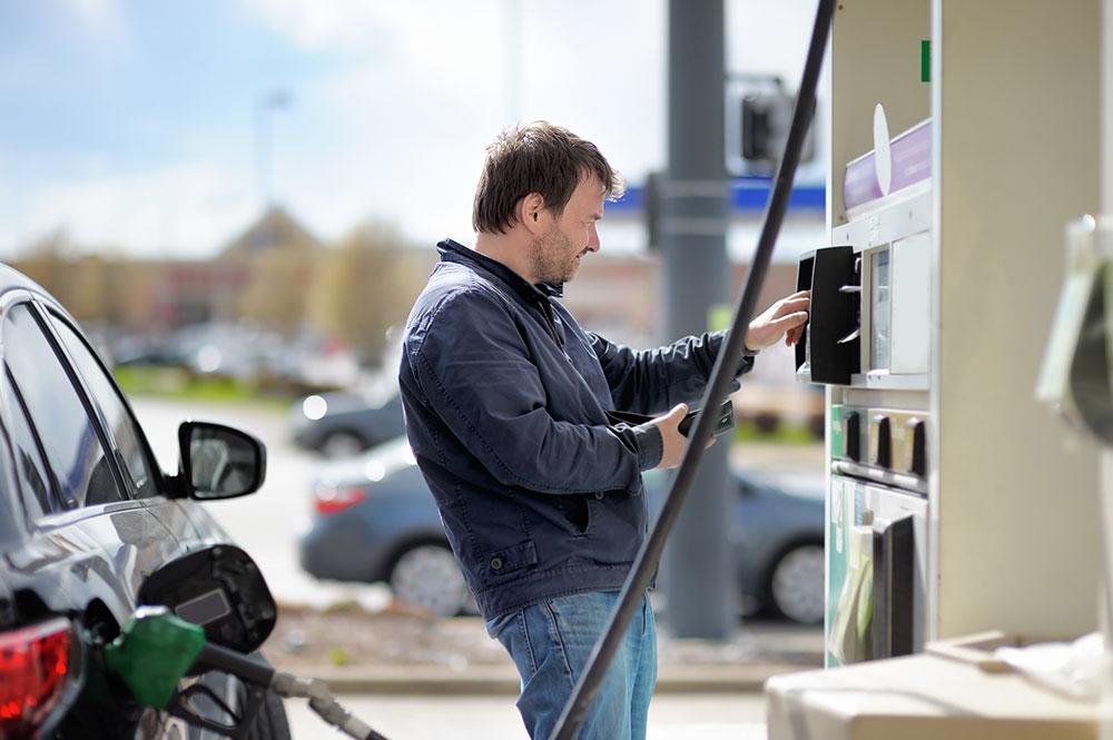 kunder convenience illustrasjonsbilde av mann som fyller drivstoff
